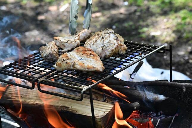 焚き火にキャンプ飯、そしてお酒を一杯