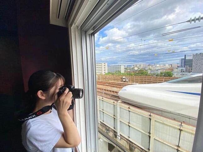 新幹線を間近で見られる立地のため、ファンにはたまらない