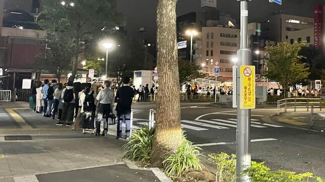 葛西駅前のタクシー乗り場に並ぶ人たち 深夜0時48分撮影