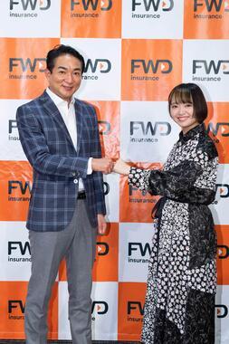 (左から)矢方さん、FWD富士生命保険・代表取締役社長兼CEO山岸英樹氏