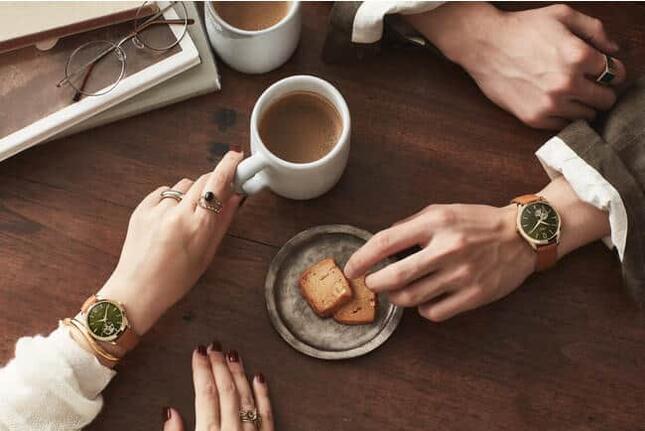 「HENRY LONDON(ヘンリーロンドン)」の、使い捨て電池が要らない腕時計