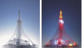 セガトイズの「東京タワー クリスタルバージョン」。左が消灯時で、右が点灯時