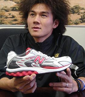 ニューバランスジャパン商品企画課の植木誠さんが手にした「NBx M965」