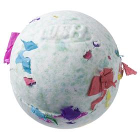 ラッシュの「バスボム」の一つ「グリーンクラッカー」。お風呂に入れるとシュワシュワ弾けながら紙ふぶきが現れる