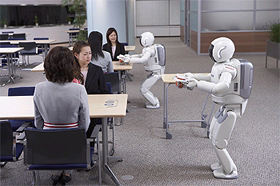 ホンダはASIMOが協調して行動する知能化技術を開発した(写真は2体で協調してお茶を出すASIMO)