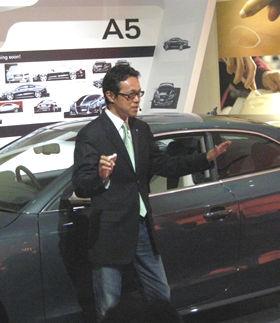 「A5」のデザインについて説明するワダサトシさん