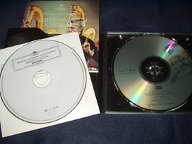右がガラスCD。比較試聴用として、同音源の通常製法CDが付属する