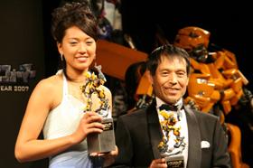 「トランスフォーマー オブ・ザ・イヤー」に選ばれた浅尾美和選手(左)と丸山和也弁護士(右)