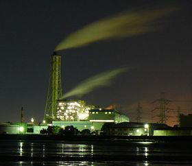 陽が落ちても煙を上げ続ける東京湾沿いの工場。その夜景は美しい