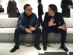 プロダクトデザイナーのグエナエル・ニコラ氏と「arti」の新しいソファに座りながら語る筆者