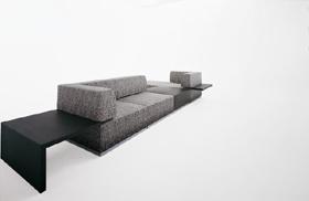 ニコラ氏のデザインしたソファ「Intersect」。大理石のようなテキスタイルが特徴的で、テキスタイル・デザイナーの須藤玲子さんと対話しながら作ったそうだ