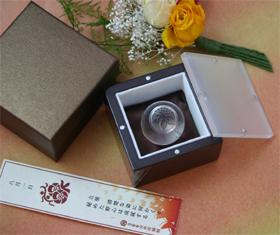 「366日の花個紋」で紋を選べる水晶印鑑。価格は1万2000円(送料、加工費、税込)