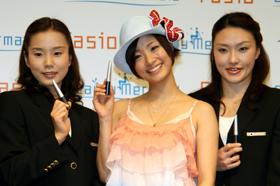 左から原田早穂選手、上戸彩さん、鈴木絵美子キャプテン