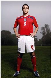 イングランド代表チームの新デザインのアウェイユニフォーム(写真はジョン・テリー選手)