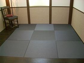 「黒い畳」が人気だ(「ダイケン健やかおもて・清流(墨染色)」施工例)