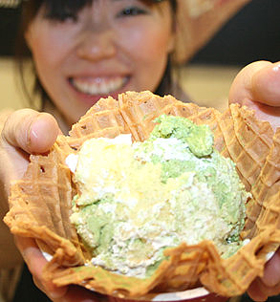 新商品の「グリーン ティー パーティー」。もっとも良く売れているサイズ(Love It)で580円だ(写真のようなワッフルボールつきはプラス50円)。