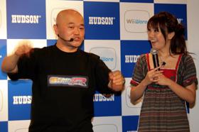 攻略法を解説する高橋名人(左)と熱心に聞き入る山本さん(右)
