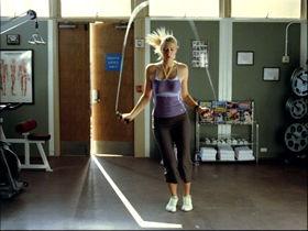 縄跳びのトレーニングに励むシャラポワ選手