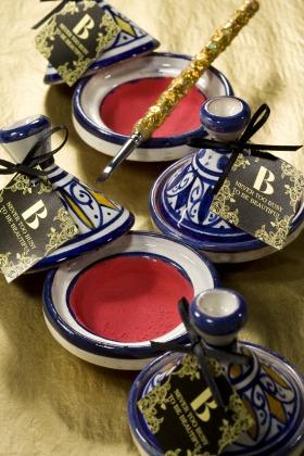 「ミストレスリップカラー」は水と混ぜて使用するパウダー状の口紅