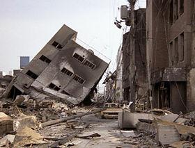 地震は突然やってくる(写真は阪神・淡路大震災で倒壊した建物)