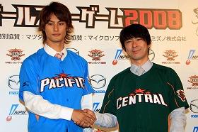 記者会見で笑顔を見せるダルビッシュ投手(左)と小笠原内野手(右)