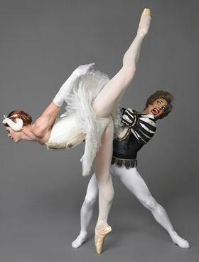 クラシック・バレエのパロディで笑わせる「トロカデロ・デ・モンテカルロバレエ団」