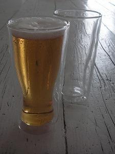 中空グラスだから、ビールを注いでも外に水滴が付かない