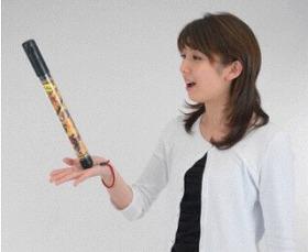 手のひらに「棒」を立てて、何秒バランスを保てるかを競う