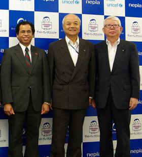 記者発表に出席したアルベス駐日東ティモール大使、王子製紙・山本信能副社長、王子ネピア・林社長(左から)