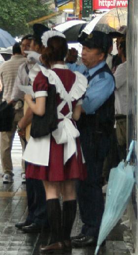 街頭でメイドさんに話しかける警察官の姿も見られた