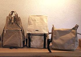 帆布のバッグ。左から、<フィールド・Dバッグ>1万185円、<スタンダード・Dバッグ>9975円、<ループ・ショルダー>9660円。