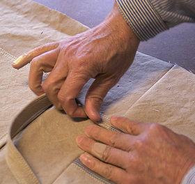 <ごきげんトート>に持ち手をつける。縫って折り返して、伸ばしたり叩いたり、ミシンと作業台を往復しながらの作業。