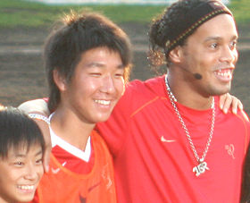 ロナウジーニョ選手(右)は「日本に来るたびに応援してもらい、いい気持ちにさせてもらっている」と感謝の言葉を口にした
