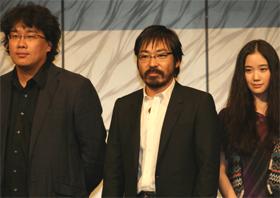 記者会見に登場したポン・ジュノ監督、香川照之さん、蒼井優さん