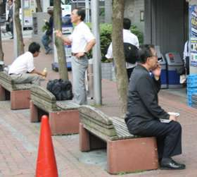 ビル街の谷間にあるベンチも、「サボリーマン」には重要な休息スポットだ