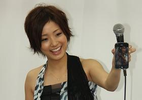 iPhoneで撮影した写真を報道陣に向けてはしゃぐ上戸彩さん