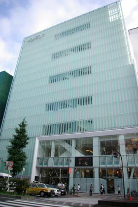 08年7月19日オープンする「新宿ピカデリー」。「白」を基調としたおしゃれな外観