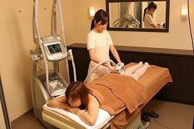 リラックスしながら美容機器による施術を受けられる