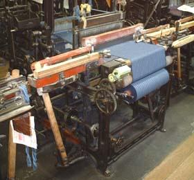 染めた糸を織機にセットして織る。一反分、13メートルほどを織り上げるのに約一日かかる。(写真提供:臼井織布)