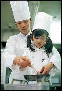 でき上がった料理は両親に食べてもらう