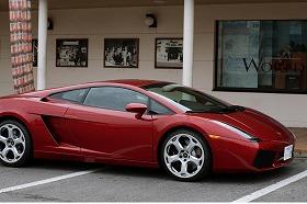 普段乗れないような高級外車も運転することができる(車は「ランボルギーニ ガヤルド」)