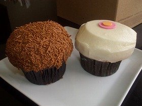Sprinkles Cupcakesのカップケーキ、モカ(左)とレモン(右)