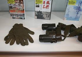 自衛隊の手袋。双眼鏡の倍率は8倍だ