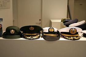自衛隊のほか、防衛大の帽子も揃っている