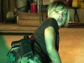 恐怖に顔を引きつらせるサラ役のミーナ・スヴァーリ