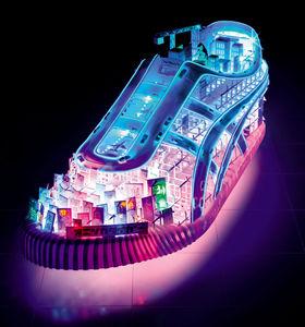 「Electric Light Shoe」。長さ1メートルの巨大なスニーカーのオブジェで、この世界をエレクトリック・タイガー・ランドと呼んでいる