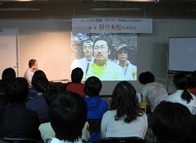 参加者は講師の話に真剣に聞き入る(第1回講座から)