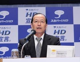 記者発表会で説明するスカイパーフェクト・コミュニケーションズの仁藤雅夫社長