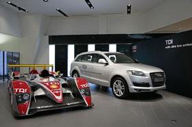 アウディもディーゼル車の日本市場投入を発表した(「Q7」(右)とル・マン車両)