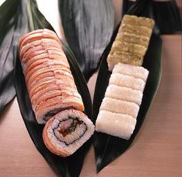 「ずわいがに豪快巻き」(左)と「白海老の棒寿司」(右)